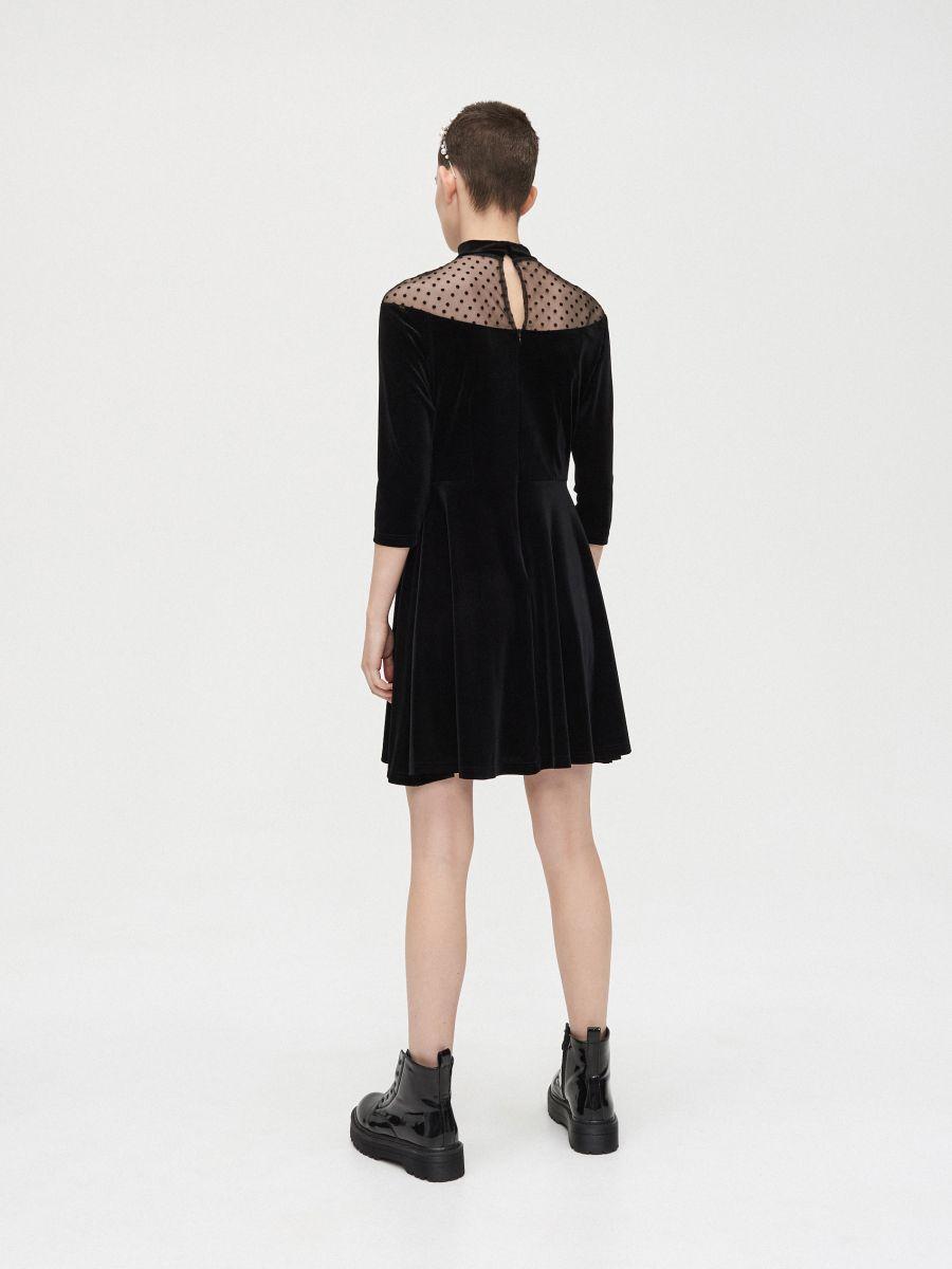 Sukienka mini z meshowym dekoltem - CZARNY - XQ364-99X - Cropp - 5