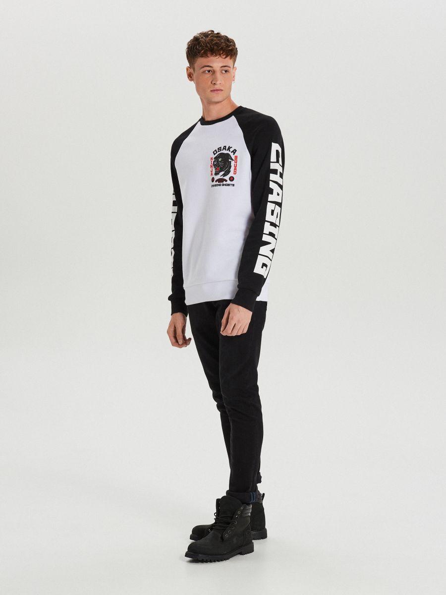 Bluza z kontrastowymi rękawami - BIAŁY - XS654-00X - Cropp - 3