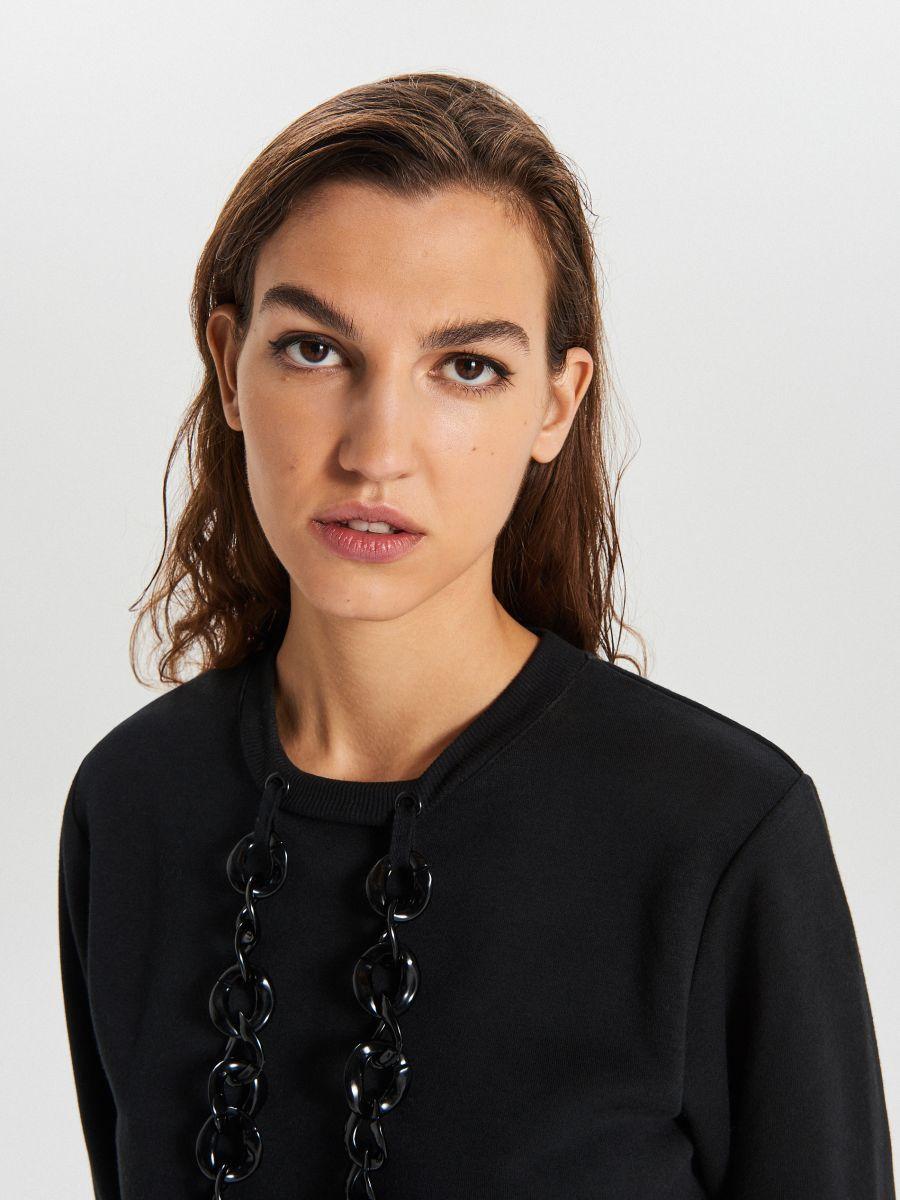 Bluza z ozdobnym łańcuchem - CZARNY - XT021-99X - Cropp - 3
