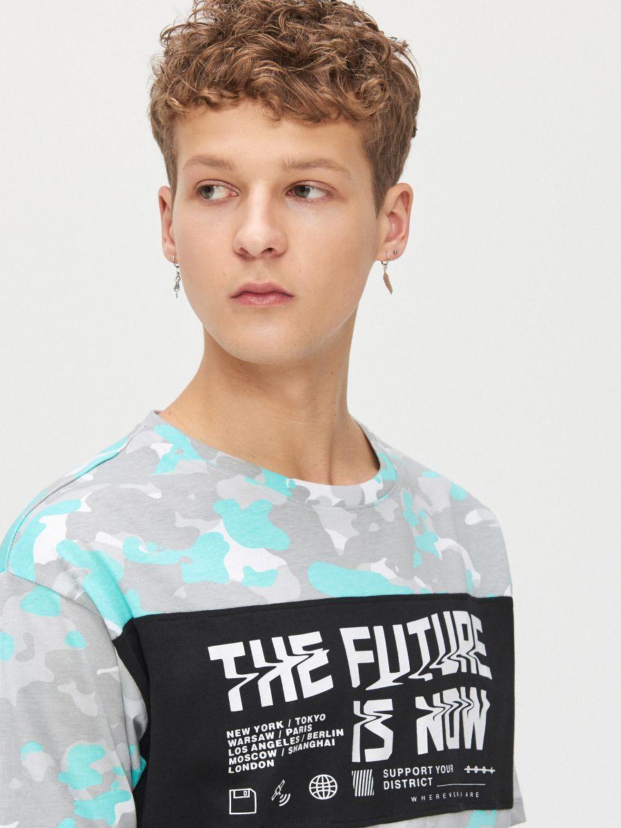 Koszulka moro z napisem - BIAŁY - XZ384-00X - Cropp - 2