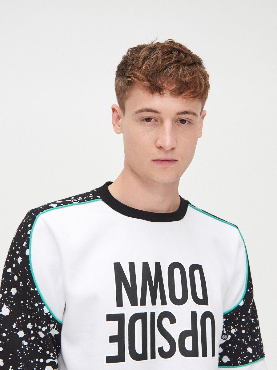 Bluza ze wzorem na rękawach - BIAŁY - YB746-00X - Cropp - 2