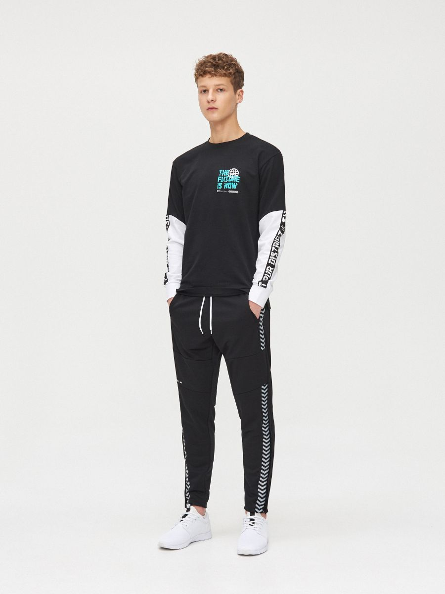 Koszulka z kontrastowymi rękawami - CZARNY - YG154-99X - Cropp - 1