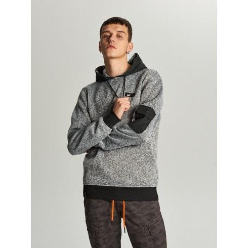 Sweter z kapturem o sportowym kroju