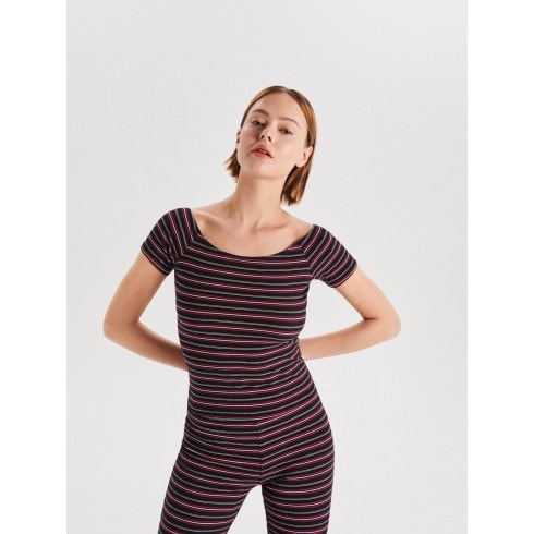 Трикотажная блузка с открытыми плечами